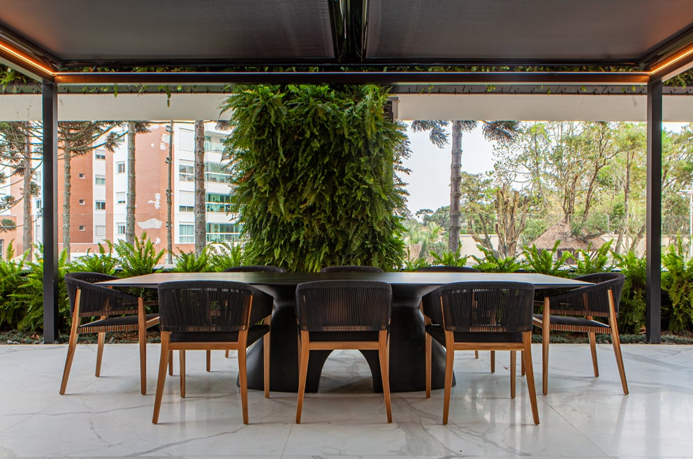 Projeto de arquitetura com toldo horizontal, HunterDouglas. Arquiteto Wolfgang Schlogel.