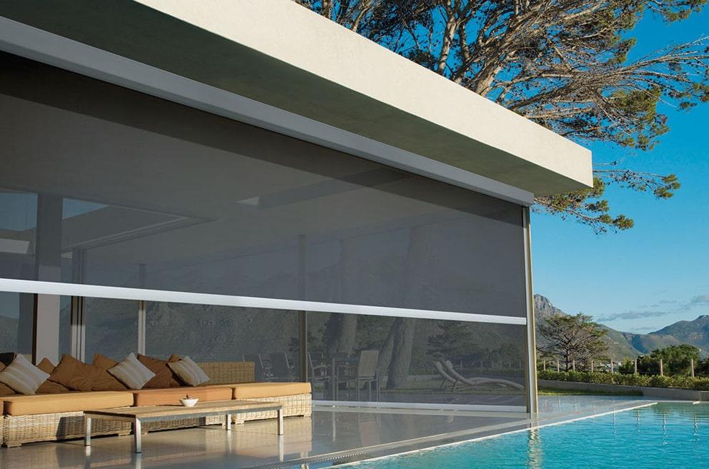 Toldo vertical HunterDouglas para piscinas.