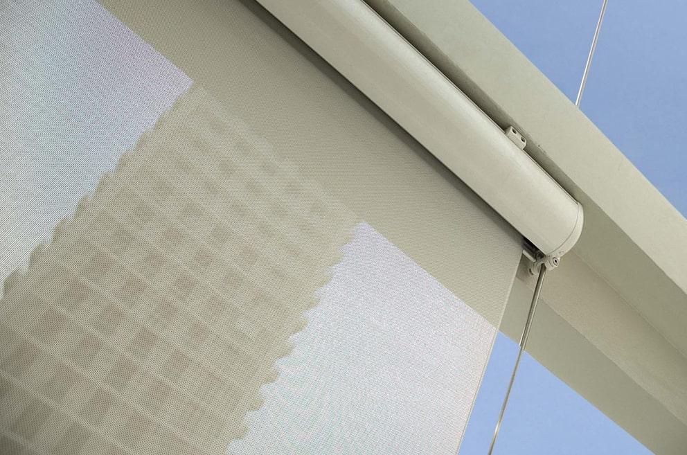 Detalhe do design e tecido dos toldos verticais.